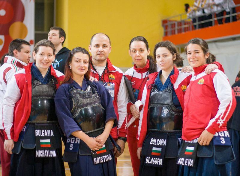 Жени-състезателки заедно с Арабаджийски-сенсей. The photo made by  Miras Sljivancanin